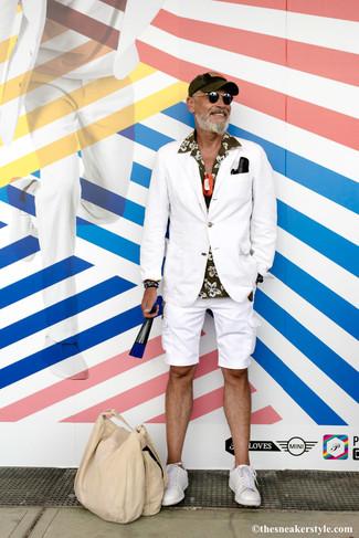 Белый пиджак: с чем носить и как сочетать мужчине: Если ты приписываешь себя к той немногочисленной группе парней, разбирающихся в том, что стильно, а что нет, тебе понравится сочетание белого пиджака и белых шорт. Пара белых кожаных низких кед добавит облику непринужденности и динамичности.