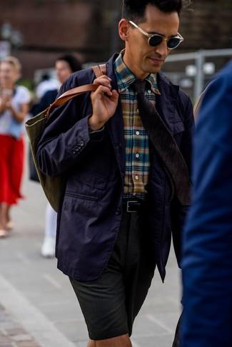 Темно-зеленые шорты: с чем носить и как сочетать мужчине: Фиолетовый хлопковый пиджак в сочетании с темно-зелеными шортами подойдет для вечера с девушкой или встречи с друзьями.