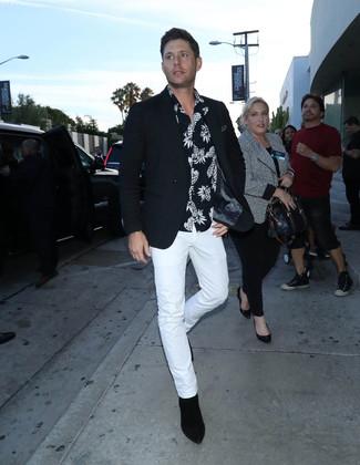 Как и с чем носить: черный пиджак, черно-белая рубашка с коротким рукавом с принтом, белые брюки чинос, черные замшевые ботинки челси