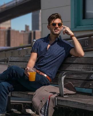 Как и с чем носить: коричневый пиджак, темно-синяя рубашка с коротким рукавом с принтом, темно-синие джинсы, коричневый кожаный ремень