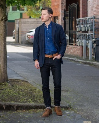 С чем носить разноцветные носки мужчине: Темно-синий пиджак и разноцветные носки — хорошая формула для воплощения приятного и несложного лука. Хочешь сделать образ немного строже? Тогда в качестве дополнения к этому луку, выбирай коричневые замшевые броги.