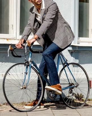 Как и с чем носить: черно-белый пиджак в мелкую клетку, белая рубашка с коротким рукавом, темно-синие классические брюки, табачные замшевые низкие кеды