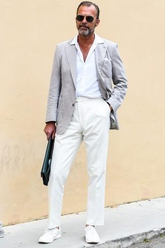 Белый нагрудный платок: с чем носить и как сочетать: Серый пиджак и белый нагрудный платок — хороший выбор для веселого выходного дня. Не прочь сделать лук немного элегантнее? Тогда в качестве обуви к этому луку, обрати внимание на белые низкие кеды.