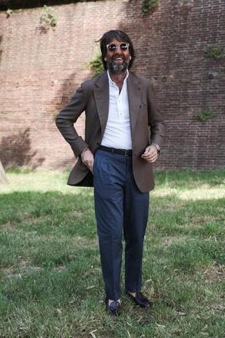 Темно-коричневый пиджак: с чем носить и как сочетать мужчине: Сочетание темно-коричневого пиджака и темно-синих классических брюк позволит исполнить элегантный стиль. Темно-пурпурные кожаные лоферы с кисточками станут хорошим завершением твоего лука.