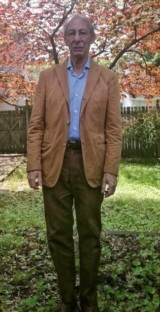 Как одеваться мужчине за 60: Если ты принадлежишь к той редкой группе джентльменов, которые каждый день одеваются безукоризненно, тебе придется по душе образ из светло-коричневого пиджака и коричневых брюк чинос. Сбалансировать лук и добавить в него чуточку классики помогут темно-коричневые кожаные туфли дерби.