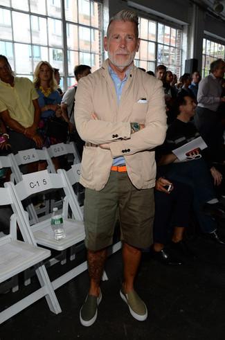 Как Nick Wooster носит Бежевый хлопковый пиджак, Голубая рубашка с коротким рукавом, Оливковые шорты, Оливковые кожаные слипоны