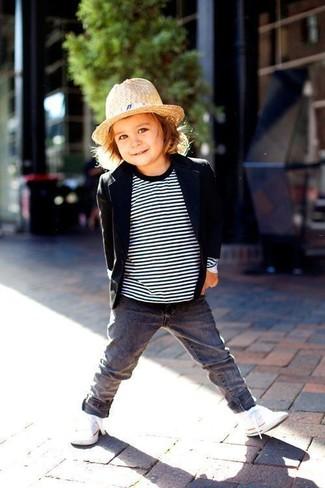 Как и с чем носить: черный пиджак, бело-черный свитер в горизонтальную полоску, серые джинсы, белые кеды