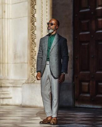 """С чем носить серый шерстяной пиджак с узором """"гусиные лапки"""" мужчине: Несмотря на то, что этот ансамбль выглядит весьма выдержанно, тандем серого шерстяного пиджака с узором """"гусиные лапки"""" и серых шерстяных классических брюк всегда будет выбором стильных мужчин, покоряя при этом сердца прекрасных дам. Вкупе с этим образом гармонично будут смотреться коричневые замшевые лоферы с кисточками."""