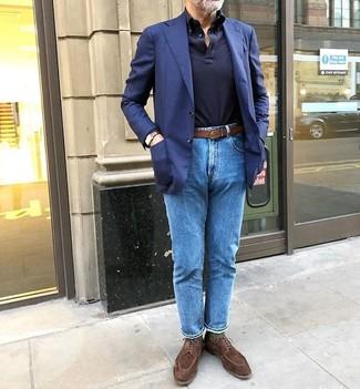 Как и с чем носить: темно-синий пиджак, темно-синий свитер с воротником поло, синие джинсы, коричневые замшевые туфли дерби