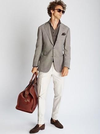 Коричневая кожаная дорожная сумка: с чем носить и как сочетать мужчине: Если ты ценишь удобство и функциональность, серый пиджак и коричневая кожаная дорожная сумка — превосходный вариант для стильного повседневного мужского образа. Хочешь сделать лук немного строже? Тогда в качестве дополнения к этому образу, выбери темно-коричневые замшевые лоферы.