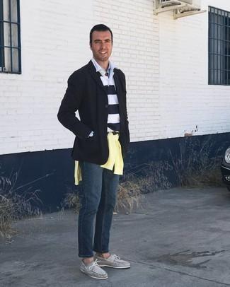 С чем носить белый свитер с воротником поло в горизонтальную полоску мужчине: Белый свитер с воротником поло в горизонтальную полоску и темно-синие джинсы — выбирай этот образ, если не боишься оказаться в центре внимания. Тебе нравятся дерзкие сочетания? Закончи свой лук серыми замшевыми топсайдерами.