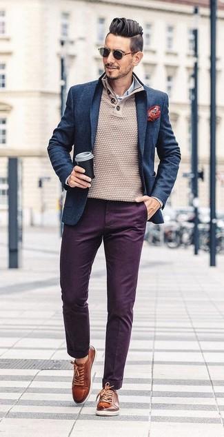Как и с чем носить: темно-синий шерстяной пиджак, бежевый свитер с горловиной на пуговицах, бело-синяя классическая рубашка в вертикальную полоску, темно-пурпурные брюки чинос