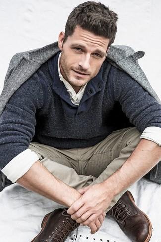 """Можно с уверенностю сказать, что серый шерстяной пиджак с узором """"в ёлочку"""" смотрится гармонично в тандеме со светло-коричневыми джинсами. Любители свежих идей могут дополнить лук темно-коричневыми кожаными повседневными ботинками, тем самым добавив в него толику изысканности."""