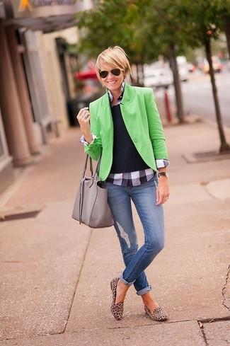 Зеленый пиджак и синие рваные джинсы скинни — выбирай этот вариант, если не боишься быть в центре внимания. Чтобы немного разнообразить образ и сделать его элегантнее, можно надеть коричневые замшевые лоферы с леопардовым принтом.
