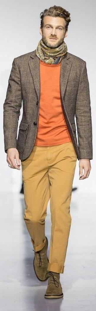Как и с чем носить: коричневый пиджак в клетку, оранжевый свитер с круглым вырезом, горчичные брюки чинос, оливковые замшевые оксфорды