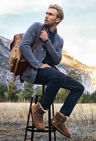 Как и с чем носить: серый вязаный пиджак, черный свитер с круглым вырезом, черные брюки чинос, коричневые угги