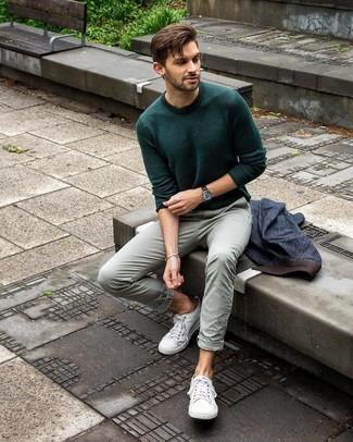 Как и с чем носить: темно-синий джинсовый пиджак, темно-зеленый свитер с круглым вырезом, мятные брюки чинос, белые низкие кеды из плотной ткани