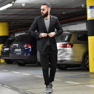 Как и с чем носить: черный пиджак, серый свитер с круглым вырезом, черные брюки чинос, серые замшевые низкие кеды
