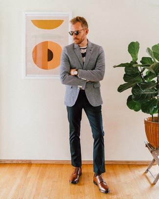 Темно-зеленые брюки чинос: с чем носить и как сочетать: Образ из серого шерстяного пиджака и темно-зеленых брюк чинос — отличный пример современного городского стиля. Этот ансамбль получит свежее прочтение в сочетании с коричневыми кожаными туфлями дерби.