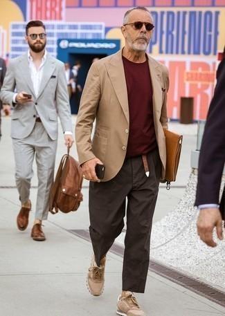 Как одеваться мужчине за 60: Если ты принадлежишь к той немногочисленной группе парней, ориентирующихся в том, что стильно, а что нет, тебе подойдет тандем светло-коричневого пиджака и темно-коричневых брюк чинос. Такой лук легко приспособить к повседневным нуждам, если завершить его светло-коричневыми низкими кедами.