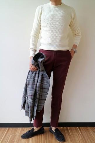 Темно-синие замшевые лоферы с кисточками: с чем носить и как сочетать: Серый пиджак в шотландскую клетку и темно-красные брюки чинос — хороший вариант для воплощения мужского ансамбля в стиле элегантной повседневности. Не прочь сделать лук немного элегантнее? Тогда в качестве дополнения к этому луку, выбирай темно-синие замшевые лоферы с кисточками.
