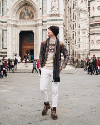 Как и с чем носить: коричневый пиджак в шотландскую клетку, бежевый свитер с круглым вырезом с жаккардовым узором, белая водолазка, белые джинсы