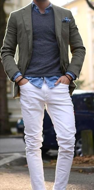 Как и с чем носить: оливковый хлопковый пиджак, темно-серый свитер с круглым вырезом, голубая джинсовая рубашка, белые джинсы