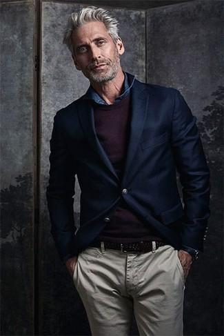 Как и с чем носить: темно-синий шерстяной пиджак, темно-пурпурный свитер с круглым вырезом, темно-синяя джинсовая рубашка, бежевые брюки чинос