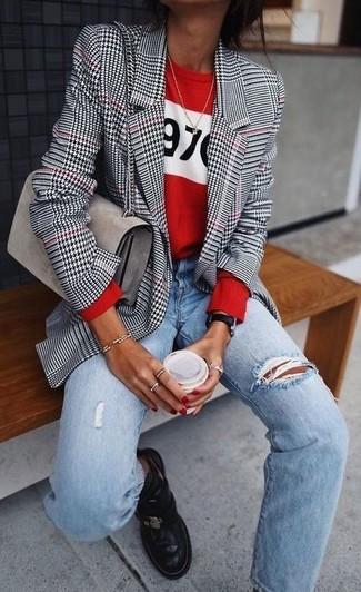 """Как и с чем носить: бело-черный пиджак с рисунком """"гусиные лапки"""", красный свитер с круглым вырезом с принтом, голубые рваные джинсы-бойфренды, черные кожаные ботинки челси"""