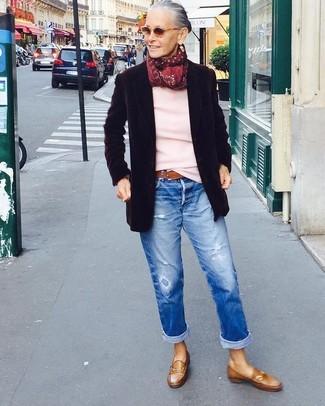Как и с чем носить: черный шерстяной пиджак, розовый свитер с круглым вырезом, синие рваные джинсы-бойфренды, коричневые кожаные лоферы