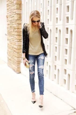 Как и с чем носить: черный пиджак с пайетками, золотой свитер с круглым вырезом, синие рваные джинсы скинни, черные кожаные туфли с шипами