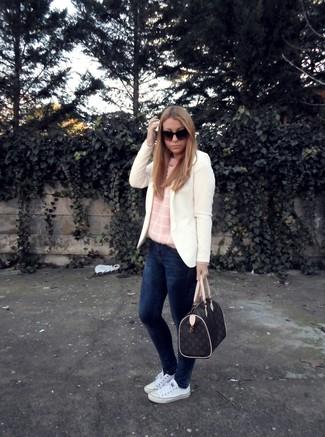 Как и с чем носить: белый пиджак, розовый свитер с круглым вырезом, темно-синие джинсы скинни, белые низкие кеды из плотной ткани