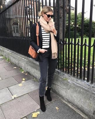 Как и с чем носить: черный пиджак, бело-черный свитер с круглым вырезом в горизонтальную полоску, темно-серые джинсы, черные замшевые ботильоны