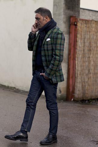 Как и с чем носить: темно-зеленый пиджак в шотландскую клетку, темно-синий свитер с круглым вырезом, темно-синие джинсы, черные кожаные броги
