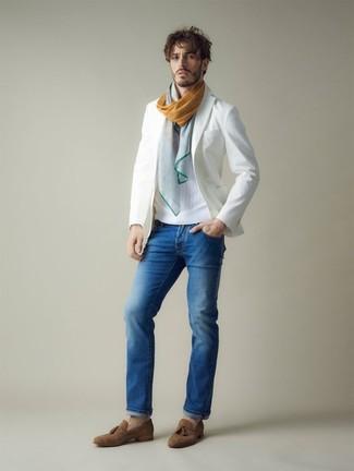 Как и с чем носить: белый пиджак, белый свитер с круглым вырезом, синие джинсы, коричневые замшевые лоферы с кисточками