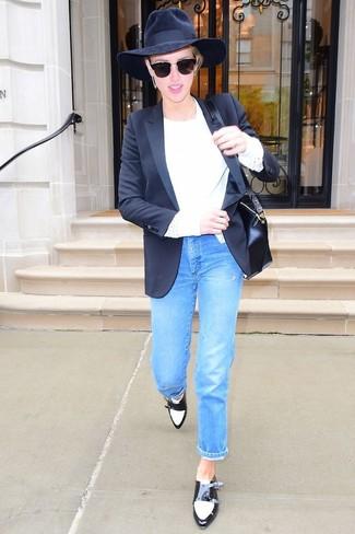 Как и с чем носить: черный пиджак, белый свитер с круглым вырезом, синие джинсы, черно-белые кожаные монки с двумя ремешками