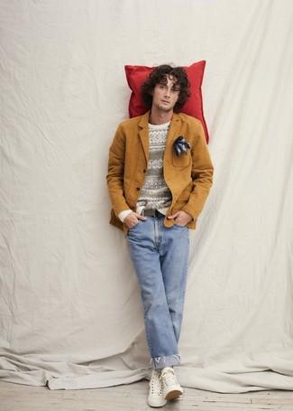 Как и с чем носить: табачный хлопковый пиджак, белый свитер с круглым вырезом с жаккардовым узором, голубые джинсы, белые высокие кеды из плотной ткани