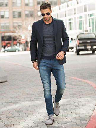 Темно-синие джинсы: с чем носить и как сочетать мужчине: Черный пиджак и темно-синие джинсы — обязательные вещи в гардеробе молодых людей с отменным чувством стиля. Хотел бы добавить сюда немного классики? Тогда в качестве дополнения к этому луку, обрати внимание на серые замшевые туфли дерби.