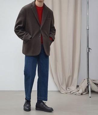 Темно-коричневый шерстяной пиджак: с чем носить и как сочетать мужчине: Если ты принадлежишь к той немногочисленной категории парней, которые каждый день смотрятся безукоризненно, тебе придется по душе лук из темно-коричневого шерстяного пиджака и синих джинсов. Опасаешься выглядеть неаккуратно? Заверши этот лук черными кожаными туфлями дерби.