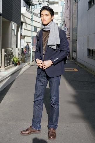 С чем носить серый шарф подросткам мужчине: Если ты ценишь комфорт и практичность, темно-синий пиджак и серый шарф — хороший выбор для стильного повседневного мужского ансамбля. Любишь необычные идеи? Заверши ансамбль коричневыми кожаными лоферами с кисточками.