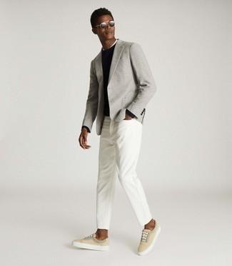 """С чем носить серый шерстяной пиджак с узором """"гусиные лапки"""" мужчине: Серый шерстяной пиджак с узором """"гусиные лапки"""" и белые джинсы — must have составляющие в гардеробе молодых людей с классным чувством стиля. Если тебе нравится рисковать, на ноги можешь надеть бежевые низкие кеды из плотной ткани."""