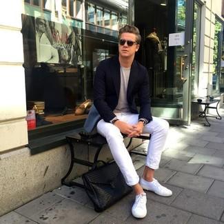 Как и с чем носить: черный пиджак, бежевый свитер с круглым вырезом, белые зауженные джинсы, белые низкие кеды из плотной ткани