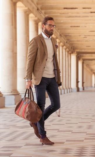 Модный лук: светло-коричневый пиджак в шотландскую клетку, бежевый свитер с круглым вырезом, белая классическая рубашка, фиолетовые джинсы
