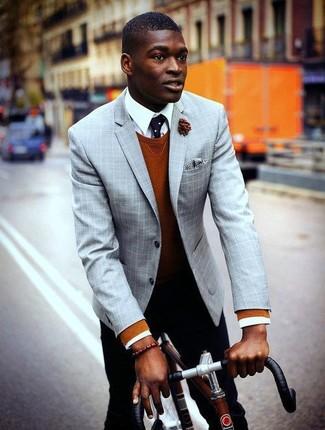 Табачный свитер с круглым вырезом: с чем носить и как сочетать мужчине: Табачный свитер с круглым вырезом и черные брюки чинос гармонично вписываются в гардероб самых избирательных мужчин.