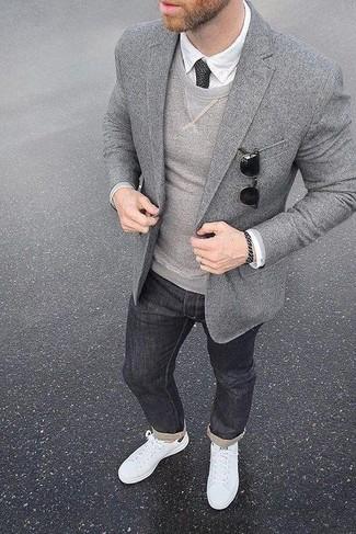 Модный лук: серый шерстяной пиджак, серый свитер с круглым вырезом, белая классическая рубашка, темно-серые джинсы