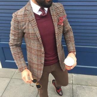 Модный лук: коричневый шерстяной пиджак в шотландскую клетку, темно-красный свитер с круглым вырезом, белая классическая рубашка, коричневые зауженные джинсы