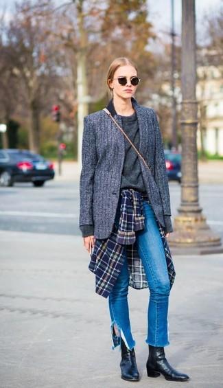 Как и с чем носить: темно-серый шерстяной пиджак в вертикальную полоску, темно-серый свитер с круглым вырезом, темно-сине-зеленая классическая рубашка в шотландскую клетку, синие джинсы