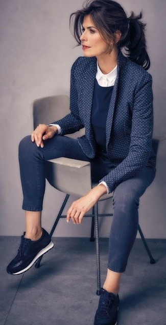 Как и с чем носить: темно-синий пиджак в горошек, темно-синий свитер с круглым вырезом, белая классическая рубашка, темно-синие джинсы скинни