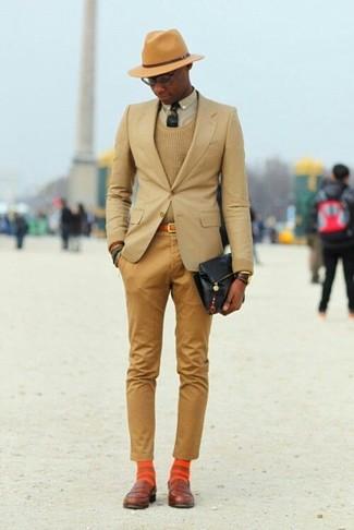 Как и с чем носить: светло-коричневый пиджак, светло-коричневый свитер с круглым вырезом, бежевая классическая рубашка, светло-коричневые брюки чинос