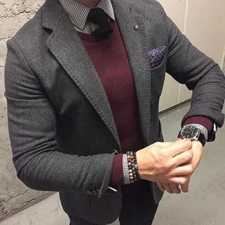 Как и с чем носить: темно-серый шерстяной пиджак, темно-красный свитер с круглым вырезом, бело-черная классическая рубашка в мелкую клетку, черные брюки чинос